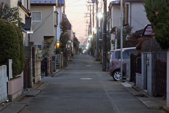 私の家から駅に向かって数分の所に70~80メートルくらいの長い一本道がある。と言っても右に曲がる道がひとつだけあるんだけど。