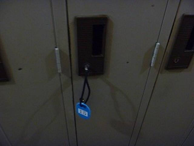 夜警のバイトをしていた時のこと。  職員用のロッカールームを見回った時、半開きになったロッカーがあった。