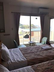部屋の窓から海が見える