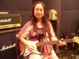 アーム付きギターを弾く