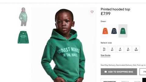 「ジャングルで最もかっこいい猿」とプリントされたパーカーを黒人が着ている広告が人種差別だと批判