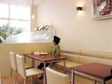 ゆったり過ごせる明るいカフェスペース