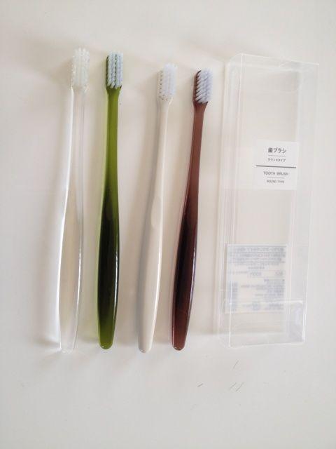 白黒で歯ブラシ揃えたいけど、家族4人分を白黒にすると、やはり誰のかわかりずらく、名前を張るのもどうかと思っていたので、この歯ブラシセットは、洗面所に置いて  ...