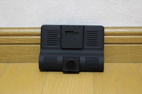 3つのカメラを搭載したドライブレコーダーです