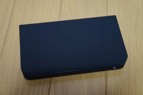 超ド級のモバイルバッテリーだが、コンパクトなサイズです。