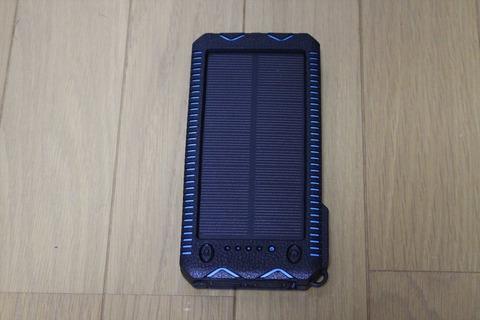 使いやすい大きさ、重さのソーラーパネル内蔵モバイルバッテリーです