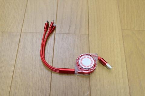 1本のケーブルで、3種類の端末を同時に充電できます。