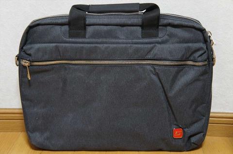 スマートに持ちたいPCバッグです。