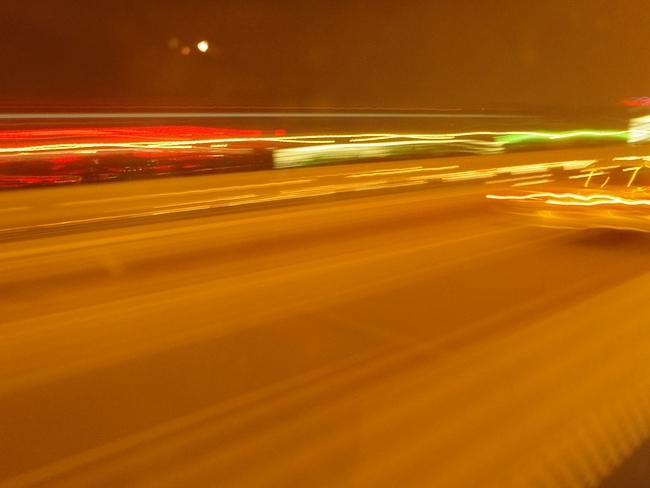 高速を追い抜いていくタクシー