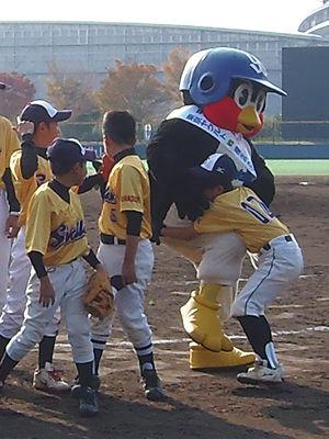 ヤクルトの畜ペン、野球少年にヒザ蹴りをお見舞い