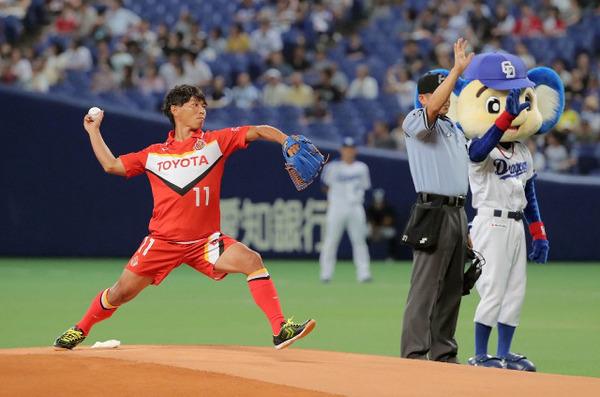 【悲報】中日ドラゴンズさん、うっかり始球式にビジターチームのファンを呼んでしまう