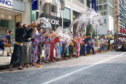 800px-Uchimizu_ceremony_Ginza_001