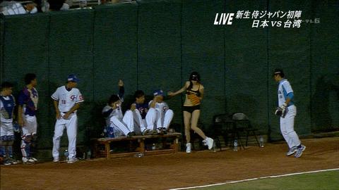 【画像】台湾のボールガールがほぼ水着www