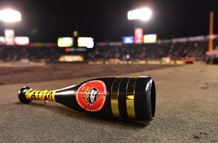 【悲報】阪神ファン、金本2000安打記念メガホンをグラウンドに投げ捨てる