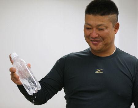 【朗報】 村田修一さん、炭酸水から炭酸を抜いて飲んでいた