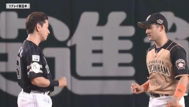 【ソフトバンク対日本ハム12回戦】ソフトバンク・川島と日本ハム・杉谷、リプレイ検証中にじゃんけんをする