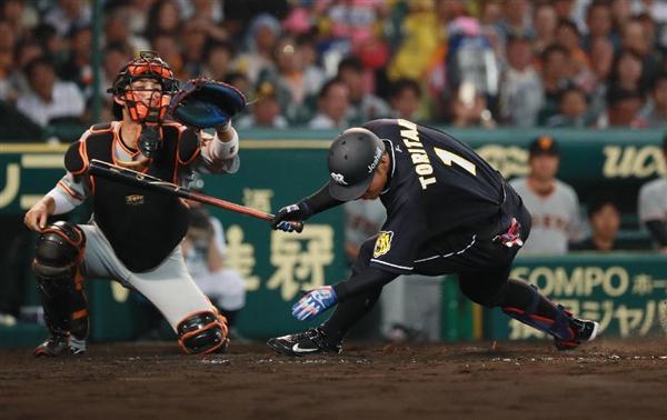 【阪神】鳥谷、頭部に死球で流血…プロ野球歴代2位の連続出場はどうなる 今日25日の判断へ