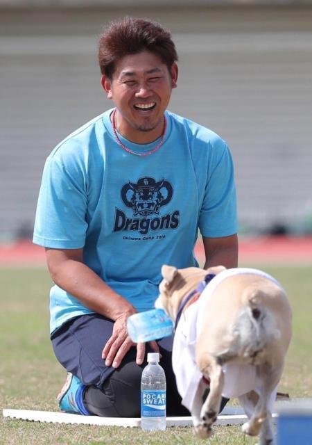 【中日】松坂、岩瀬犬と遊んでホッコリ「イヌもネコも好き」…谷元は無視された