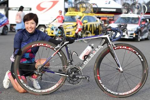 とある走行会に集まった女性達と自転車の画像がこちら