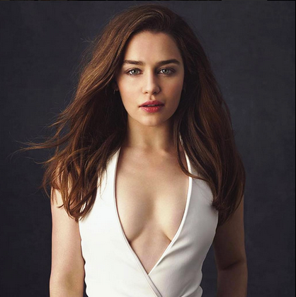 エミリア・クラーク(Emilia Clarke)の胸の谷間