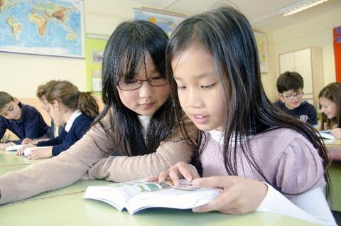 教室で勉強する子どもたち