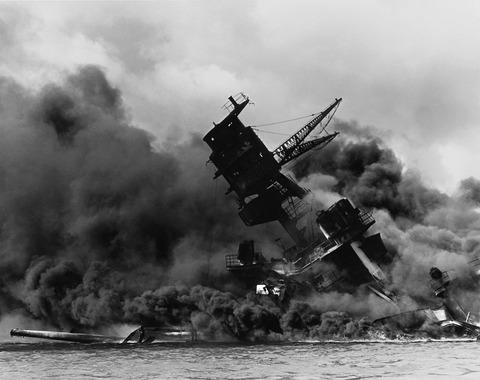 日本海軍の攻撃で炎上する戦艦アリゾナ