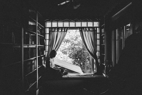 女の子-女性-読書-本-ウィンドウ-カーテン-書籍-ルーム