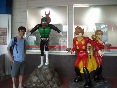 石巻駅で仮面ライダーとサイボーグ009がお出迎え