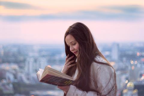 本を読むロシアの少女