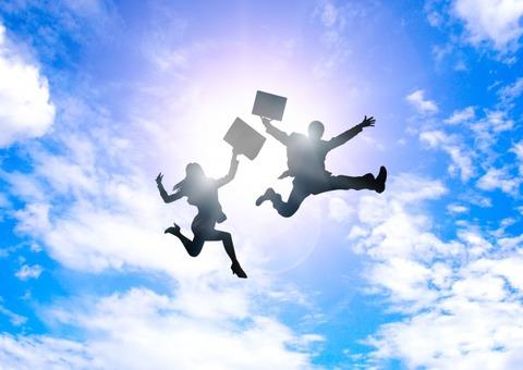 大空にジャンプするビジネスマン