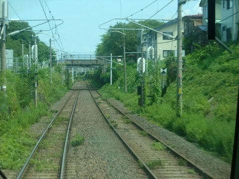 仙山線の狭軌(左) と奥羽本線(山形線)の標準機(右)