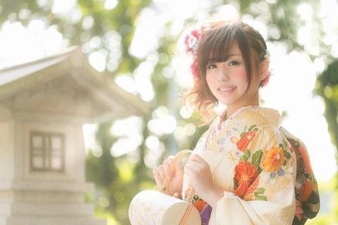祈願成就で神社を参拝した着物の女性 [モデル:河村友歌]