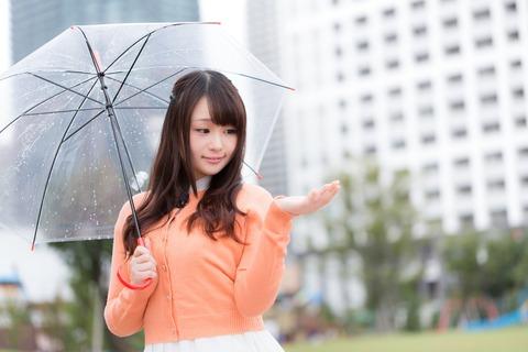 雨を伝えるお天気お姉さん [モデル:茜さや]