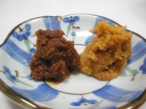 赤味噌の一つ・江戸甘味噌(左)と淡色系の信州味噌(右)