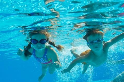 水中撮影のゴーグルをつけた女の子と男の子