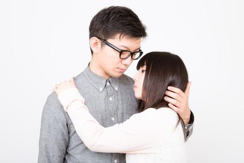 口付けをしようと彼女をやさしく抱擁する彼氏