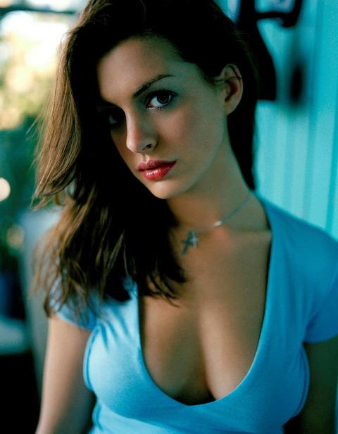 アン・ハサウェイ(Anne Hathaway)の胸の谷間