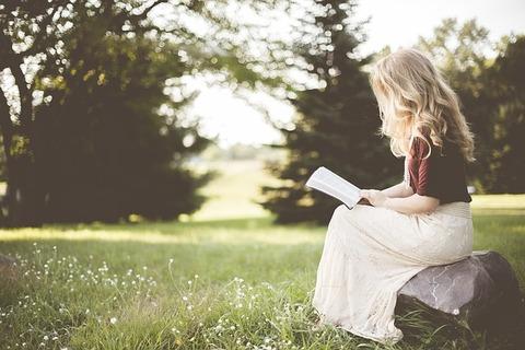 読書するブロンドの女の子