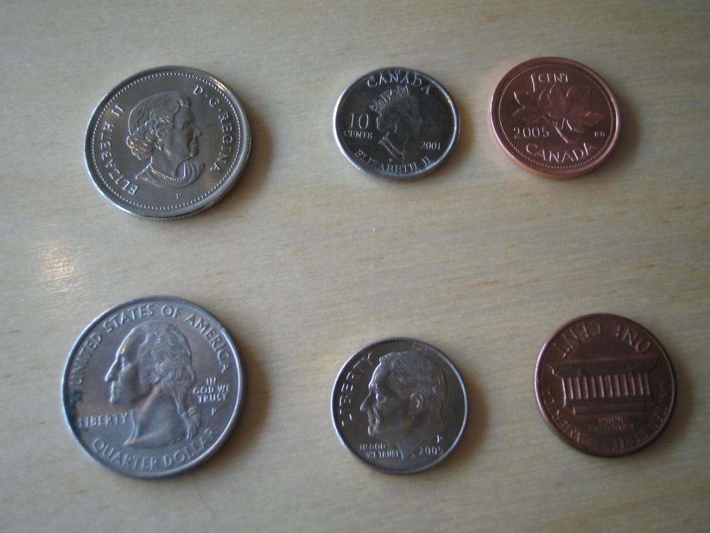 アメリカドルとカナダドル 写真の上段がカナダドル、下段がUSドル。 ☆区別の仕方☆ カナダドルの