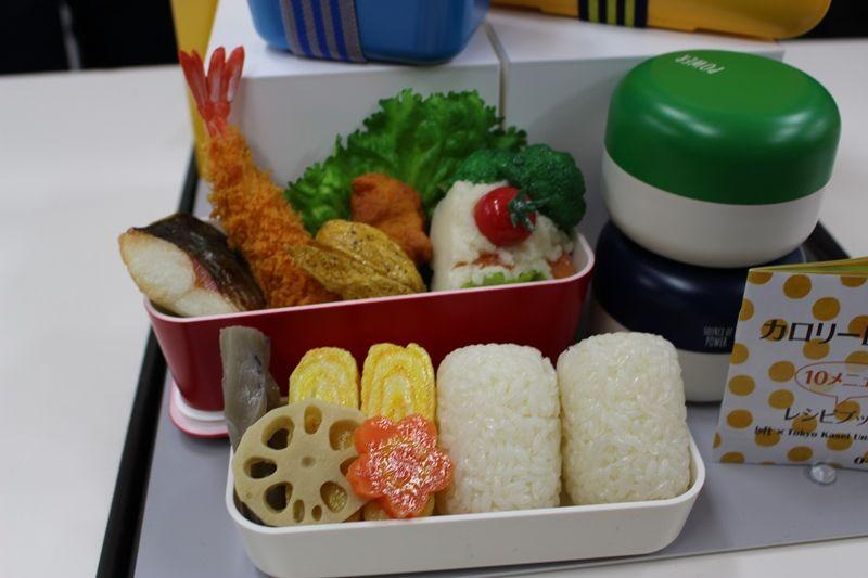 ロフトで ダイエットしているひと向けのお弁当箱をみてきました。 こちらは 東京家政大学監修オリジナルレシピブック付き弁当箱です