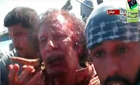 カダフィは両足、頭を負傷した状態で捕獲されたのが上、下がその後の写真で... カダフィ死亡 リビ