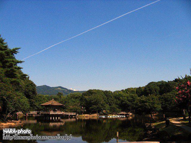 飛行機雲と浮見堂