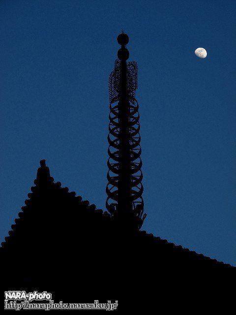 興福寺五重塔と月