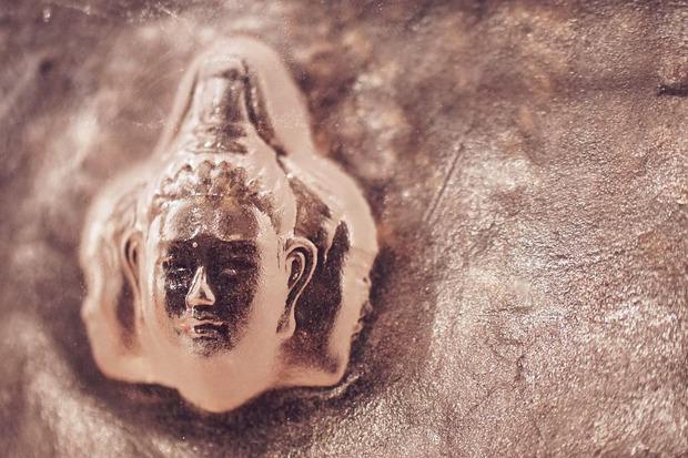 ガラスの仏像
