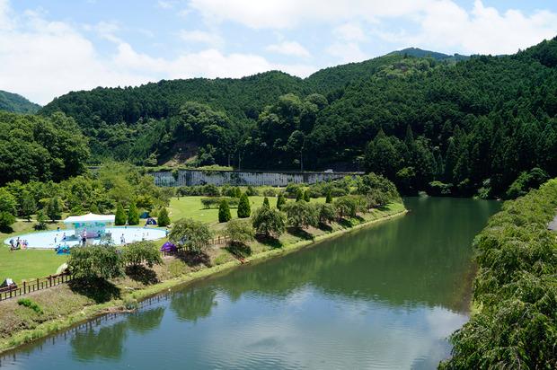 山とダムがつくる美しい景色