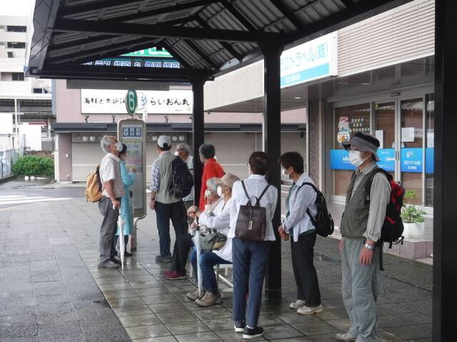 1.CF1407近江八幡駅バス停にて