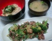 カリカリ豚サラダとわかめ炊き込みご飯