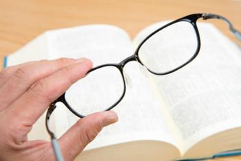 老眼鏡、かけると度が進む?
