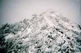 朝日岳山頂を見上げる