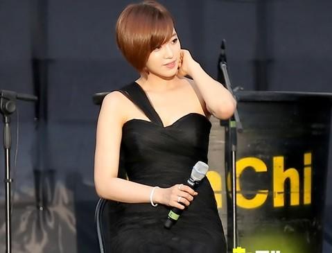 胸の谷間を魅せる黒ドレス姿のT-ARAウンジョン